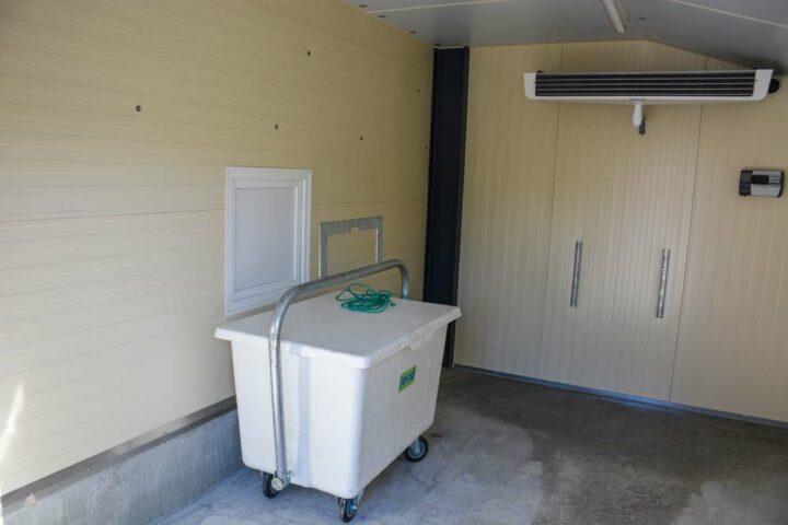 Les trappes à cadavres donnent sur un bac placé dans un local climatisé.