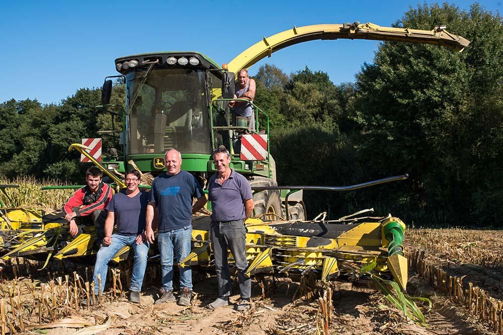 Quentin Chartier, Yannick Binard, Pascal Belot, Georges Chartier et André Soquet posent devant l'ensileuse de leur Cuma resserée.
