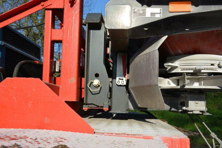 Afin de conserver le système de pesée de l'épandeur, la dameuse a été équipée d'un système 3 points.