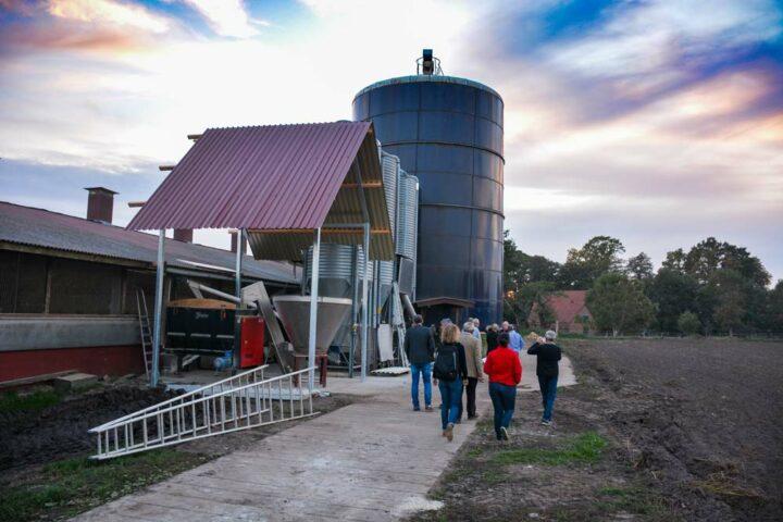 Le poulailler est équipé d'un gros silo pour stocker le maïs grain en anaérobie, de deux silos pour l'aliment du commerce, d'un silo pour le soja et d'un mélangeur à spirales pour incorporer la luzerne.