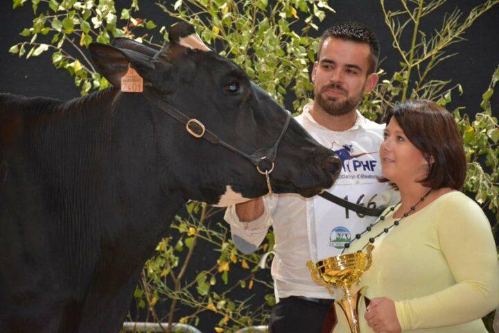 Arthur Le Blévec (associé à son père Bruno et à Michel Le Roc'h, au Gaec du Bon Vent), et sa compagne, Lauraine, présentent la Grande Championne du concours régional.