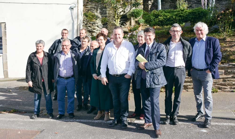Thierry Merret, président de la FDSEA 29, aux côtés de Philippe El Saïr, président d'Innoveo, en compagnie de membres de la FDSEA et de responsables de recherche du CHRU de Brest.