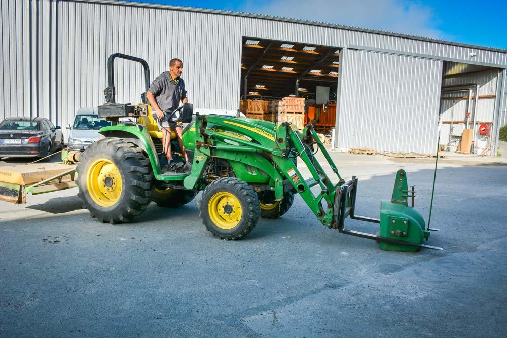Selon le matériel attelé derrière, la masse de 800 kg se prend facilement sur les fourches palettes, pas besoin de relevage avant.