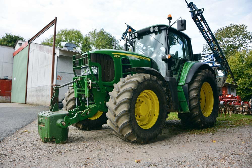 Le tracteur est pour l'instant chaussé de pneumatiques classiques. Il accueillera pour la pulvérisation une cuve avant et des roues étroites.