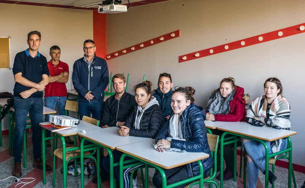 L'enseignant Alain Thomas, entouré des spécialistes de la traite Jérôme Thomas et Kévin Le Roux, avec les élèves de terminale Bac pro CGEA.