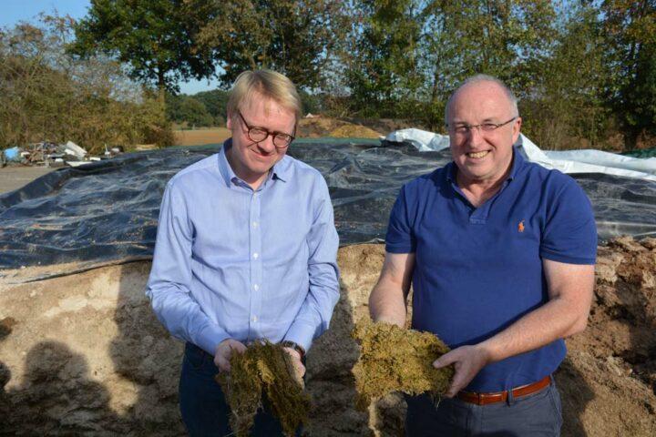 Richard Hölscher et Luc Geirnaert, de la société H+L, présentent la luzerne ensilée finement et mélangée à du maïs grain humide broyé. Elle est utilisée comme base d'alimentation pour les porcs.