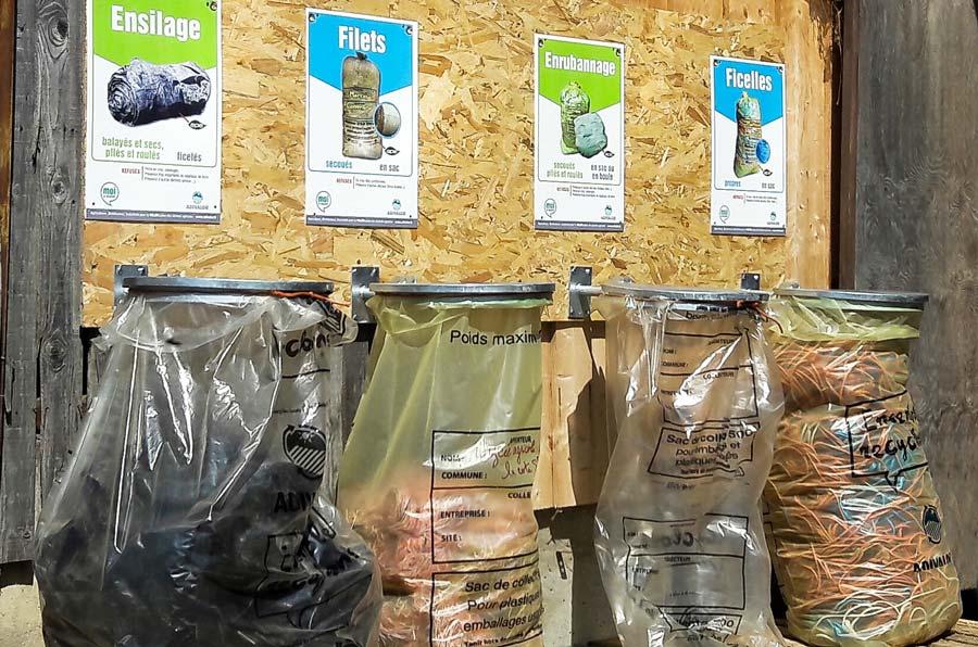 Exemple d'installation à la ferme de supports de sacs avec les consignes de préparation propres à chaque type de déchets. (Crédit photo : Adivalor).