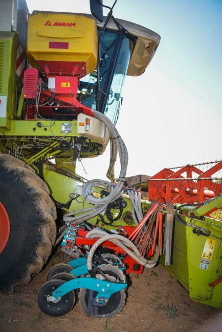 La rampe de semis de 4,50 mètres de large pèse 900 kg. Les disques font une simple saignée dans laquelle sont déposées les graines de couvert devant les roues de rappui. La trémie de 300 litres, à côté de la cabine, offre une bonne autonomie de fonctionnement.