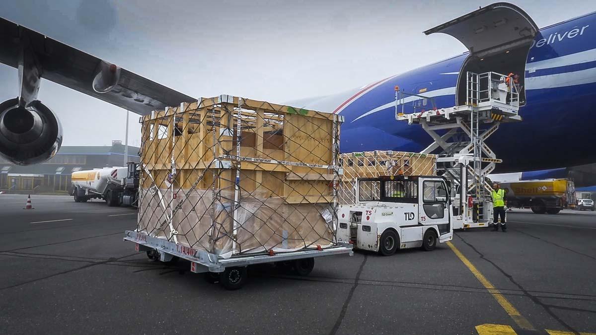 L'aéroport de Brest est équipé en matériel de chargement, des caisses spécifique au transport d'animaux ont été mises au point.