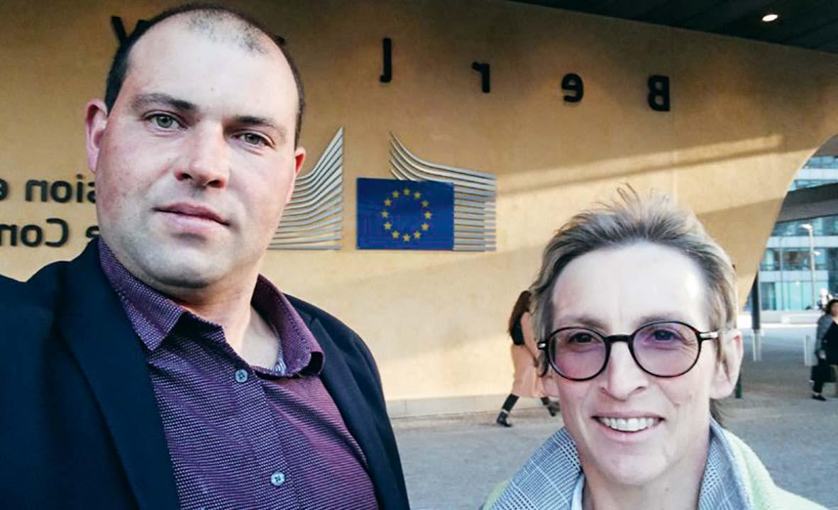 Alexandre Armel et Véronique Le Floc'h devant la Commission européenne à Bruxelles.