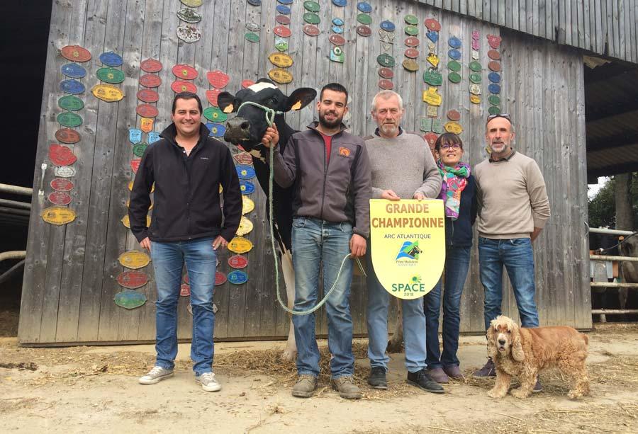 L'équipe du Bon Vent aux côtés de Janna Cama : Arthur, Michel, Sylvie et Bruno. À gauche, Nicolas Tastard, technicien ruminants Triskalia.
