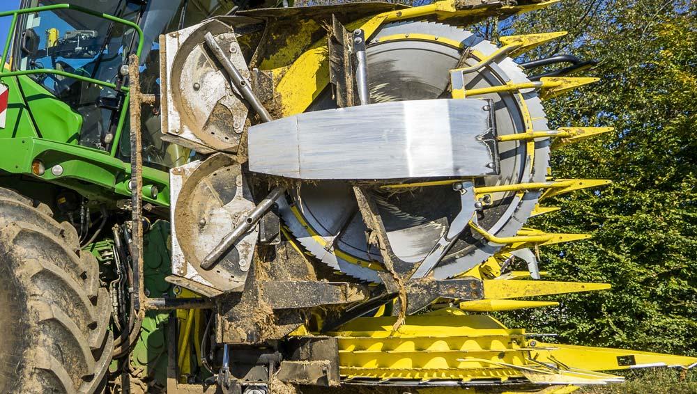 Les barres tournent à plus de 1 500 tr/min, explosant les cannes au sol.