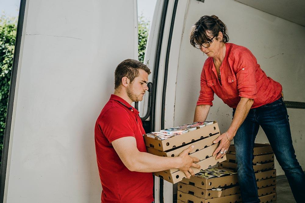 La fabrication de yaourts est prétexte pour Yann Chéritel et Sylvie Le Dorner de recevoir du public sur leur ferme.