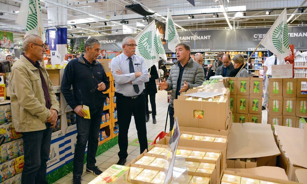 Les producteurs ont fait passer leurs messages auprès du responsable du magasin Carrefour (au centre).