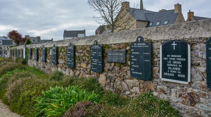 Le mur des disparus en mer qui se trouve dans le cimetière de Ploubazlanec permet de garantir l'accès à la mémoire de la grande pêche.