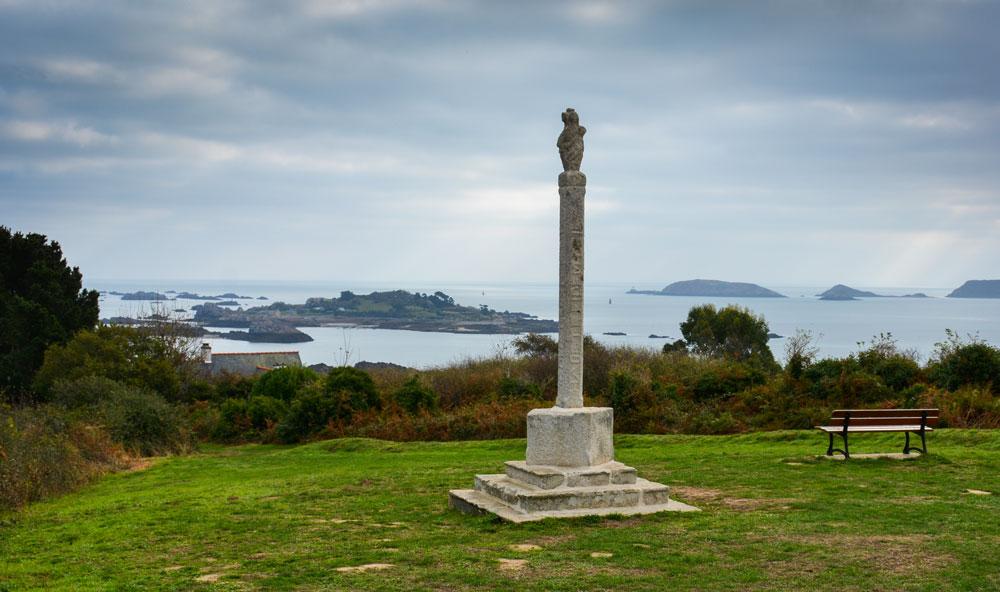 La croix des veuves domine les îles de la baie de Paimpol. Au moment du départ des campagnes de pêche, les femmes venaient à cet endroit scruter les goélettes partir vers le large.