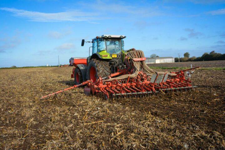 Serge Donval sème à l'aide d'un semoir classique ses céréales. Un passage de cover-crop a été réalisé en amont.