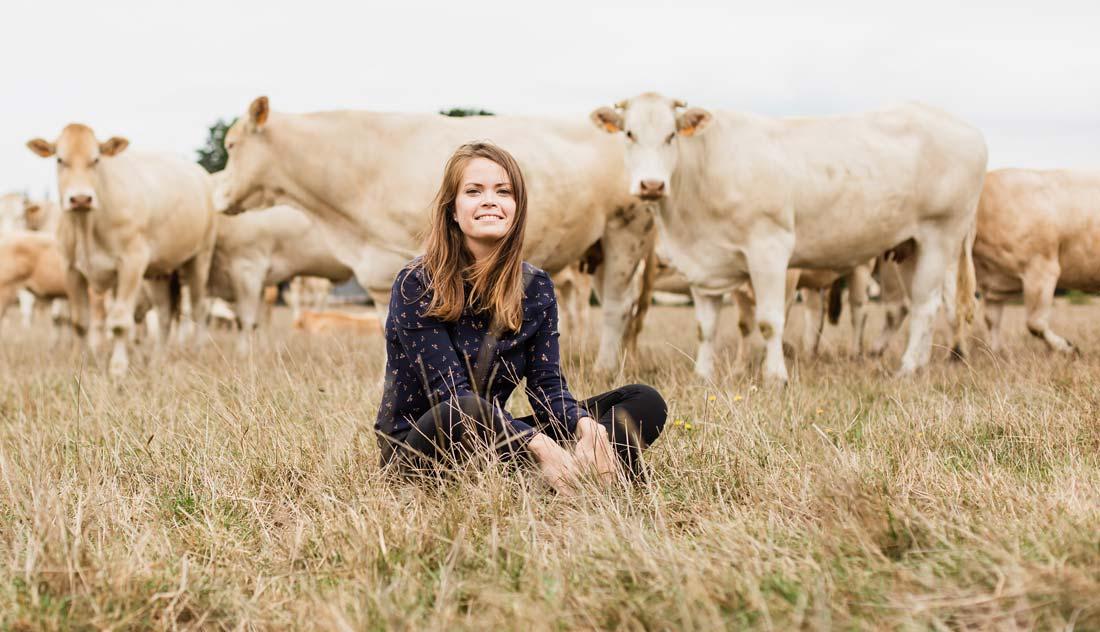 Caroline Voland-Goumon a bénéficié d'un prêt d'honneur de 50 000 € pour son projet d'élevage en Blonde d'Aquitaine (crédit photo DR).