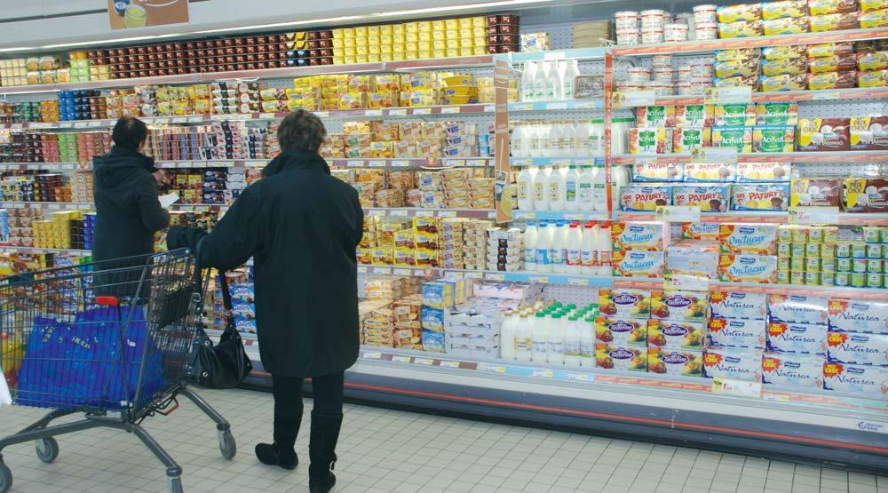 Rayon-grande-distribution-avec-produits-laitier-et-consommatrice