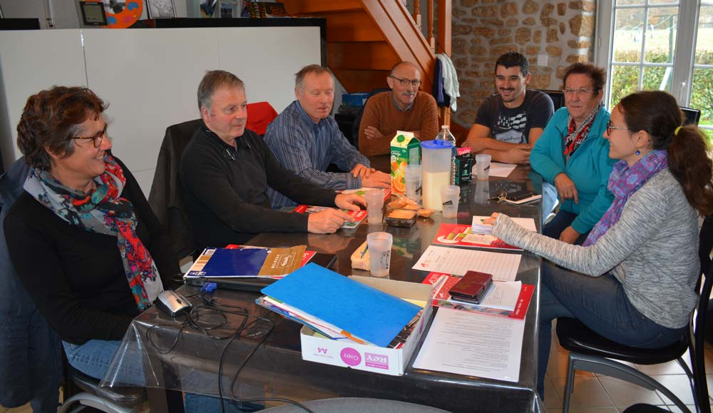 Lors de la journée « Demain je transmets » à Saint-Brice-en-Coglès, Françoise Leray et Cyrille Herbert (2e et 3e à droite) ont apporté leur témoignage à de futurs cédants.
