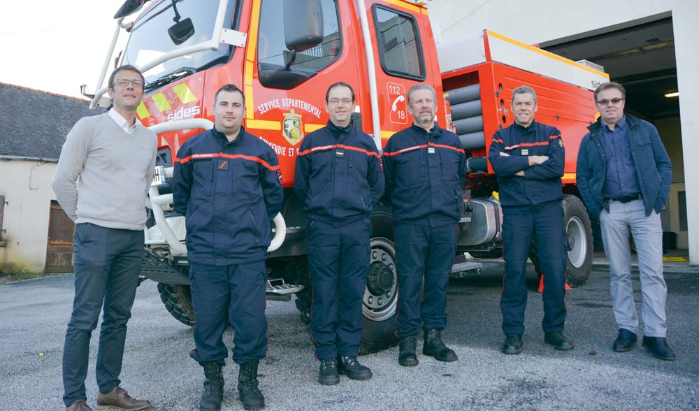 François Calvez, aux côtés de Stéphane Charon (tout à gauche) en compagnie de sapeurs pompiers volontaires et de Philippe Le Duff, représentant Groupama Loire Bretagne.