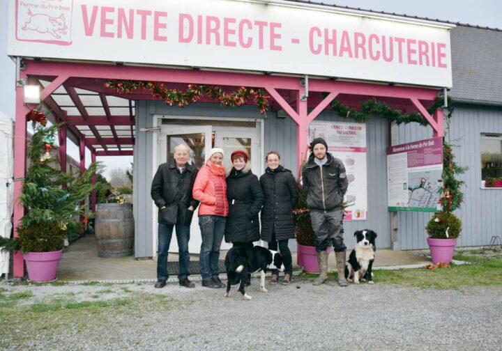 La famille Baslé devant le magasin de vente directe sur la ferme. De gauche à droite : Eugène, Angélique, Marie-Annick, Aurélie et Christophe.