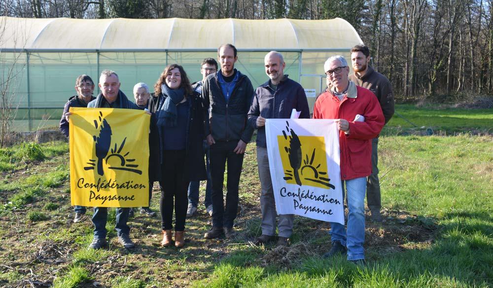 Des membres de la liste Conf'35 et des militants sur l'exploitation maraîchère de Gwénaël Floch.