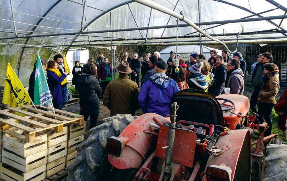 À Tréméreuc, les manifestants se sont rassemblés sur une exploitation maraîchère voisine d'un projet de 10 000 m2 de serres de tomates chauffées.