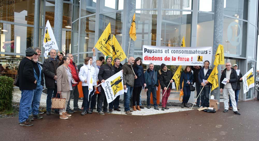 Des membres de la Confédération paysanne 35 se sont rendus dans le magasin Leclerc de Vern-sur-Seiche le 21 décembre.