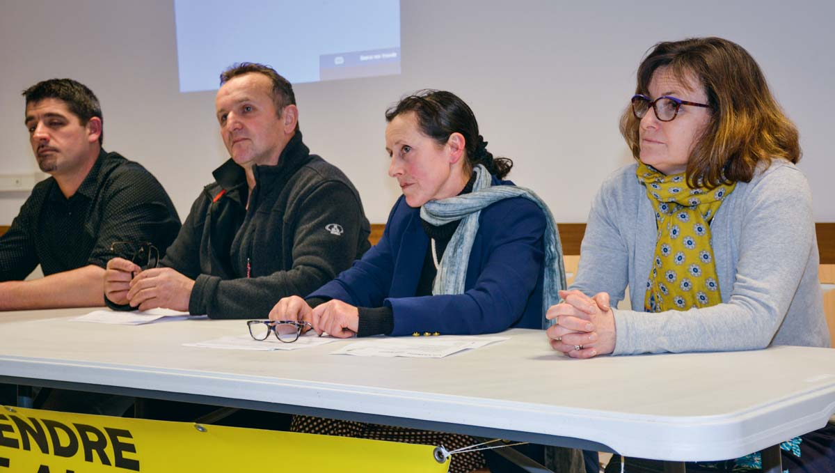 Ronan Le Paugam, Noël Rozé, Sylvie Le Cam et Nathalie Possémé, à la tribune, vendredi, à la salle de la Maillette, à Locminé.