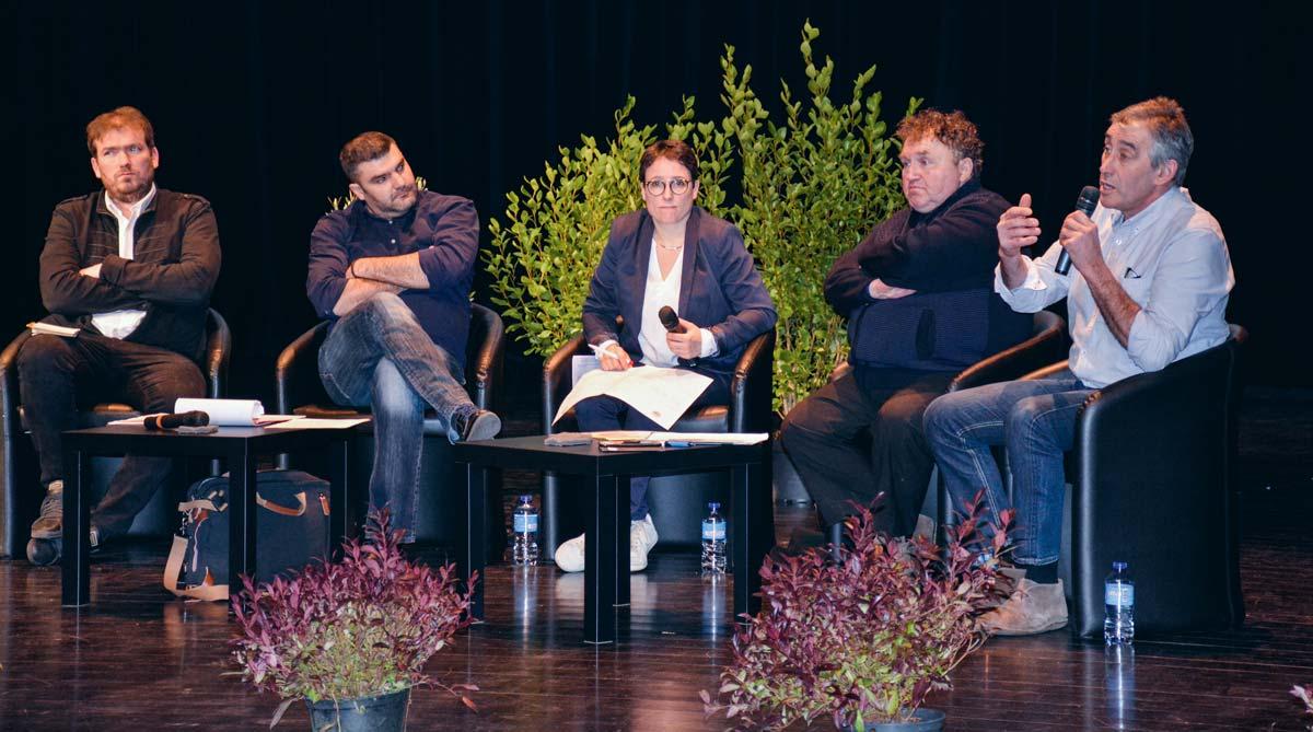 De gauche à droite : Florian Salmon (président JA 35), Jérémy Decerle (président JA national), Laetitia Bouvier (JA Bretagne), Daniel Prieur (secrétaire général adjoint FNSEA) et Loïc Guines (président FDSEA 35).