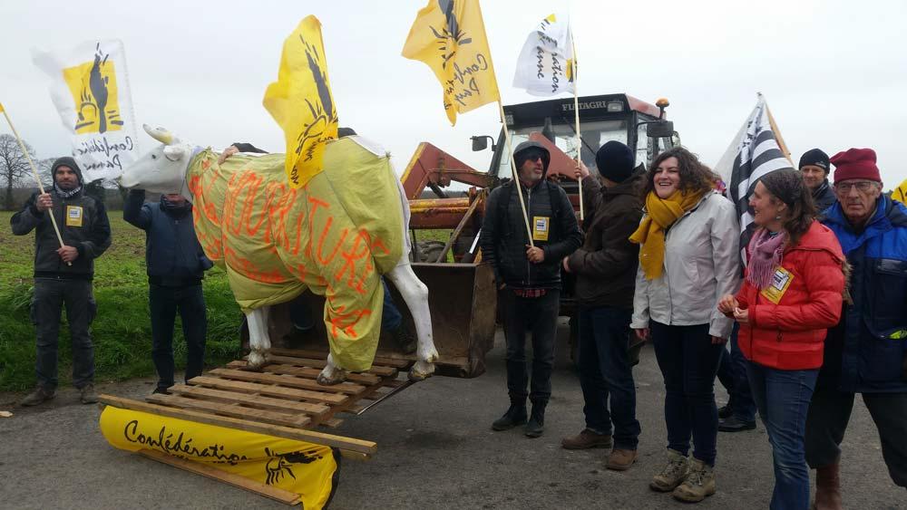 Des membres de la Confédération paysanne étaient présents lors de l'inauguration officielle du contournement sud-est de Dol-de-Bretagne.