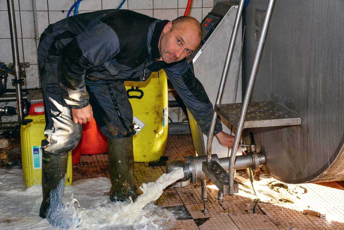 Le lait produit sur l'exploitation de Philippe Le Barbier n'est plus collecté depuis 12 jours.