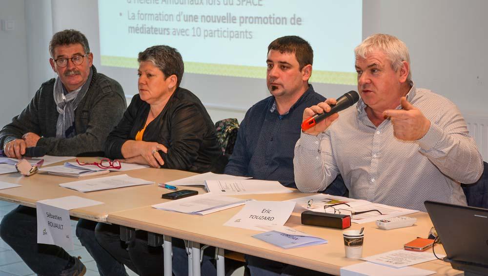 De droite à gauche: Éric Touzard (56), Sébastien Rouault (22), Isabelle Salomon (29) et Jean-Louis Hervagault (35), lors de l'assemblée générale d'Agri Médiation Bretagne, à Loudéac (22), la semaine dernière.