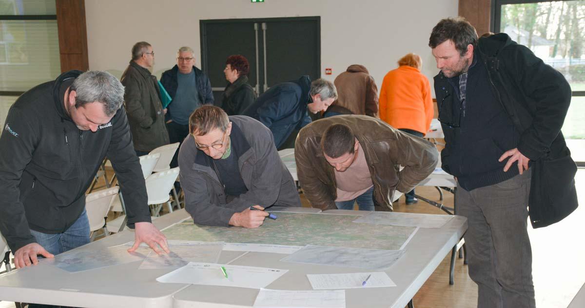 La cartographie du site a été présentée par commune, sur fond du registre parcellaire graphique anonyme, afin que chaque agriculteur puisse valider ou proposer des corrections à apporter au tracé (secteurs du Roi Morvan Communauté et de Quimperlé)