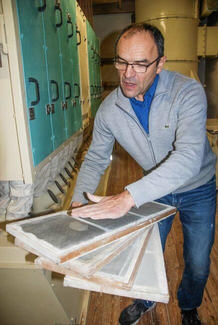 Des farines différentes sont obtenues par tamisage au plansichter, une machine qui, par vibration, fait passer la mouture à  travers des grilles de différent calibre, explique Jean-Pierre Bertho.