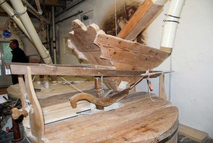 Deux lourdes meules de pierre restaurées ont récemment repris du service au milieu des moulins à cylindres.