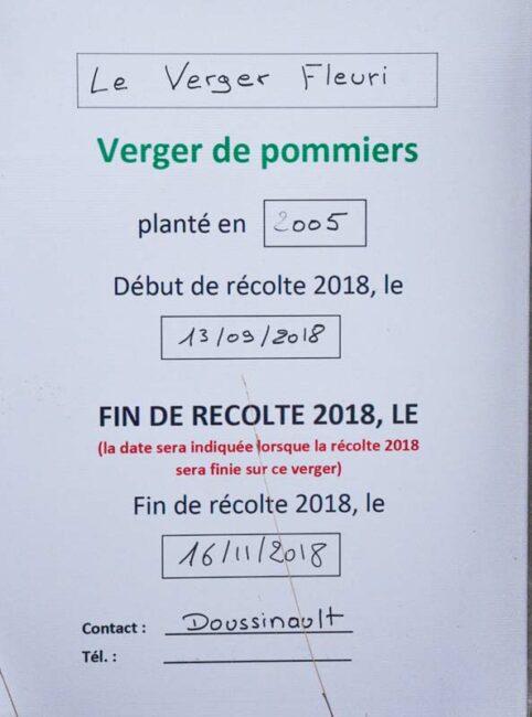 Panneau d'indication des dates  de début et fin de récolte du verger à l'entrée des parcelles.