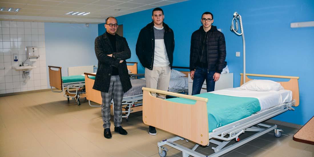 De gauche à droite : Philippe Pinot, Alexis Ganche et Florian Herry, dans une des salles du lycée Les Vergers permettant la mise en situation professionnelle.