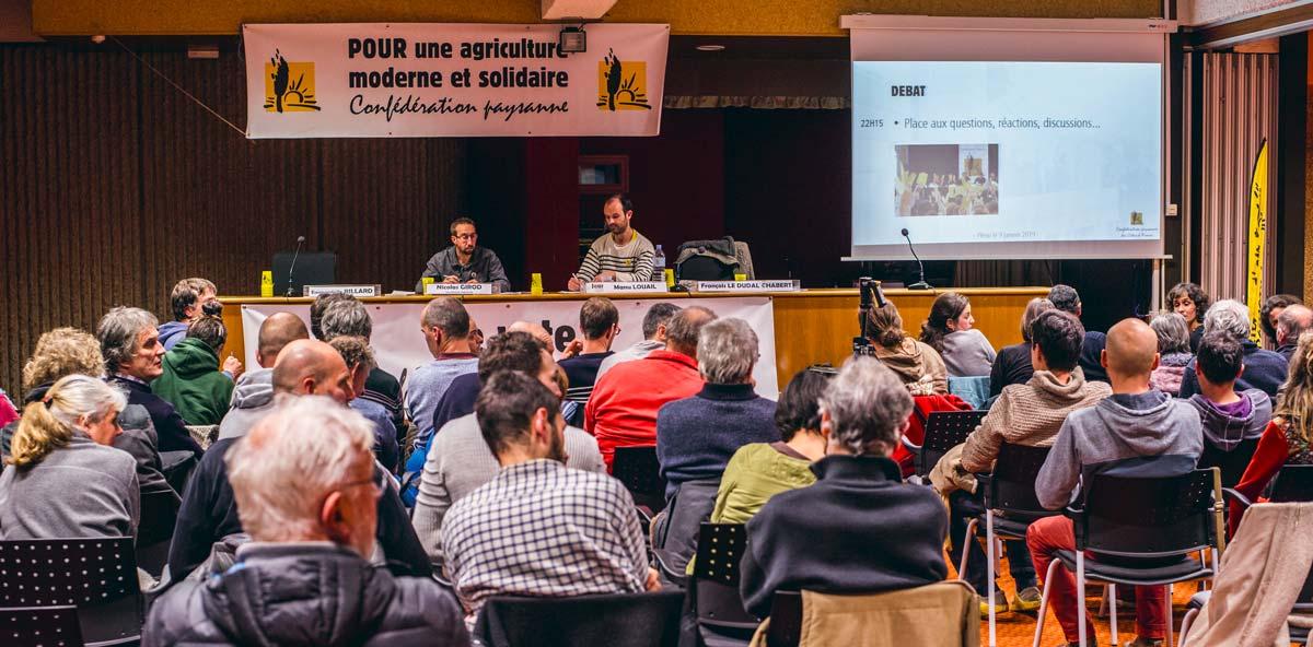 À la tribune du meeting de la Confédération paysanne à la Maison de l'agriculture de Plérin, Emmanuelle Billard et Manu Louail, candidats dans les Côtes d'Armor, entourant Nicolas Girod du syndicat national.