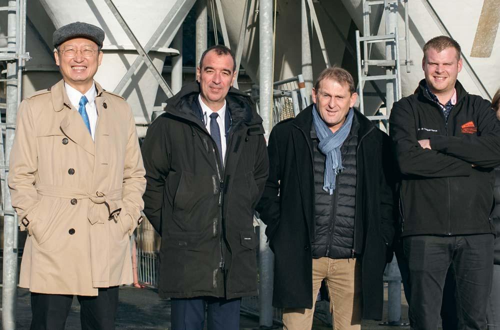 Le taïwanais Wu Chih-chung, le député Eric Bothorel, le président de la FDSEA 22 Didier Lucas et l'éleveur Anthony Damany.
