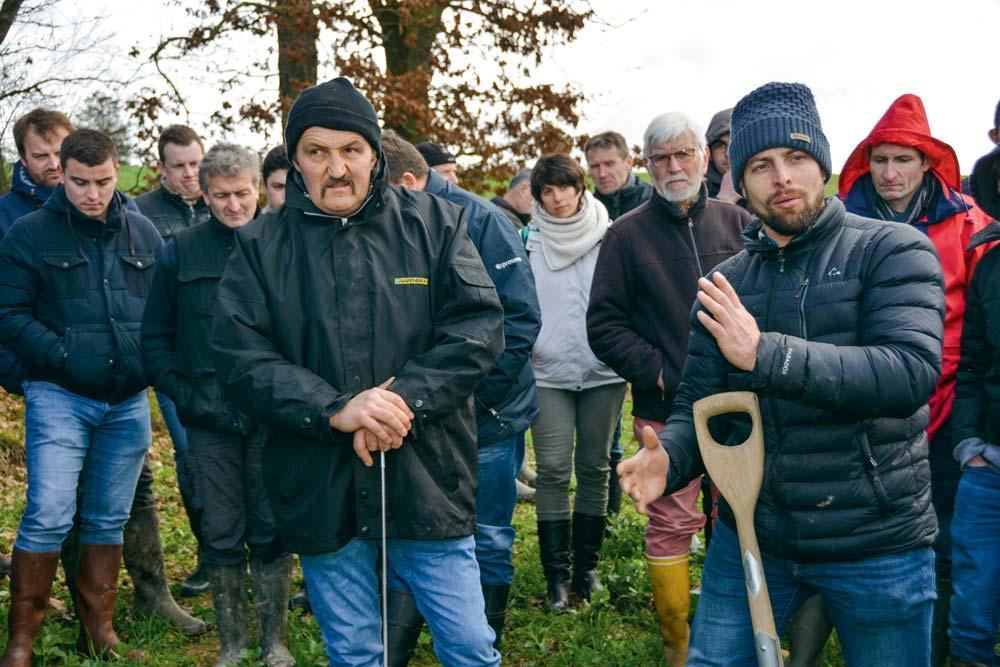 Sébastien Angers, à droite, est intervenu chez Patrice Le Callonnec, à gauche, pénétromètre à la main. « C'est un outil que chaque agriculteur devrait avoir dans sa cabine de tracteur ». Chez lui, l'outil s'enfonce de plus d'1 m dans le sol.
