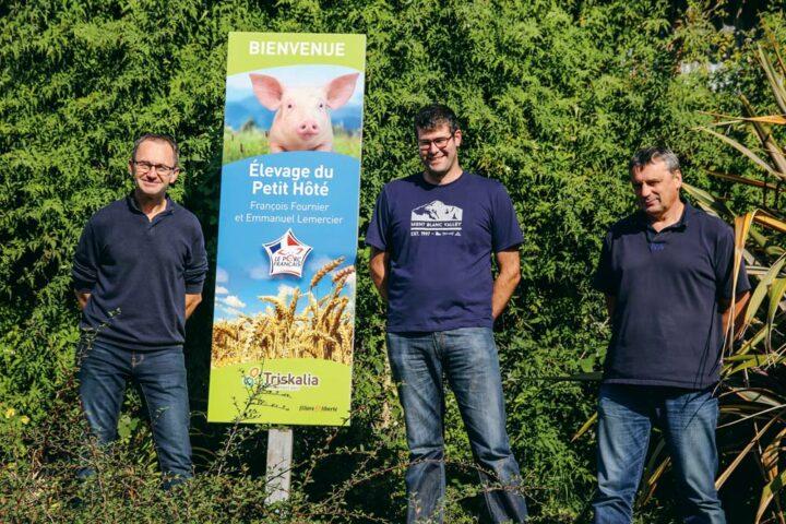 Patrick Briens, de Cultivert (à gauche), et Gilles Corlay (à droite), technicien bâtiment porc, ont accompagné Emmanuel Lemercier dans la mise en place de sa nouvelle maternité.