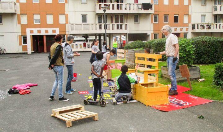 Atelier de création de mobilier avec les habitants pour la cour d'immeubles à Saint-Brieuc.