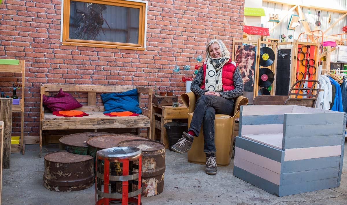 Anne Cavart, animatrice d'On n'est pas que des cageots, dans son atelier à Saint-Brieuc (22).