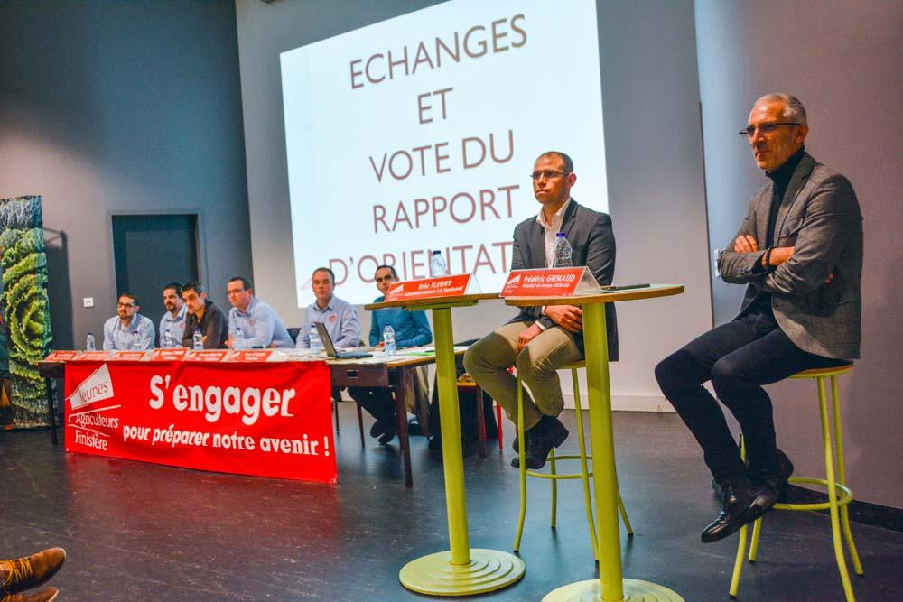 De droite à gauche, Frédéric Grimaud et Éric Fleury ont présenté leur vision de l'engagement aux Jeunes Agriculteurs du Finistère.