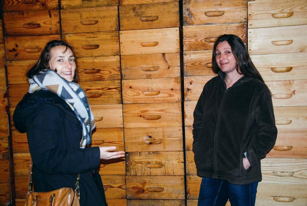 Johanna Harris (à droite), devant ses hausses prêtes à l'emploi pour la prochaine saison, en compagnie de Tiphaine Daudin, conseillère apiculture au GIE Élevages-ADA Bretagne.