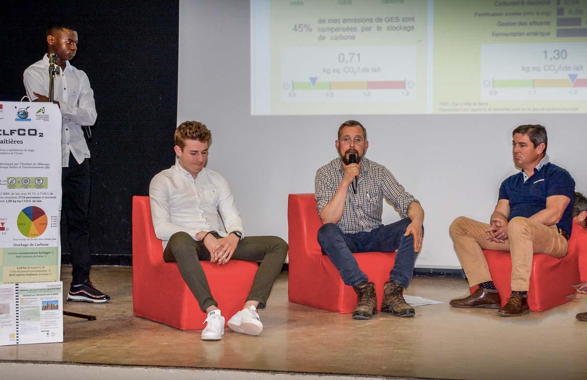 Samuel Dugas, éleveur et président de l'Adage (au centre), et David Bruno, producteur de porcs (à droite), ont participé au forum organisé par les BTSA Acse.