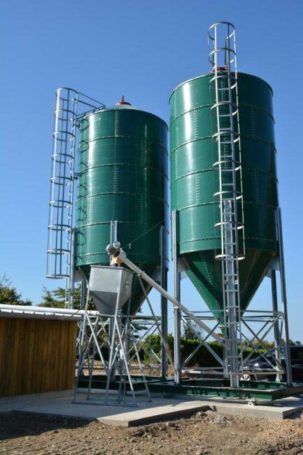 Le poulailler est équipé de 2 silos d'une capacité de 30 tonnes chacun, un est dédié à l'aliment et l'autre au blé entier.