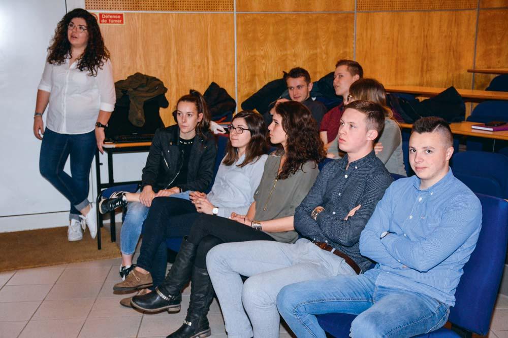 Des jeunes alternants ont témoigné devant des élèves du lycée La Touche, à Ploërmel, mercredi dernier. Ils sont, pour la plupart, en licence, et travaillent, à temps partiel, dans des coopératives locales, dans des organismes d'élevage ou dans des banques.